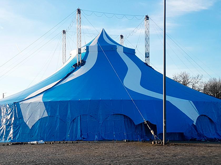 Dresda, Germania: sollevamento del tendone da circo